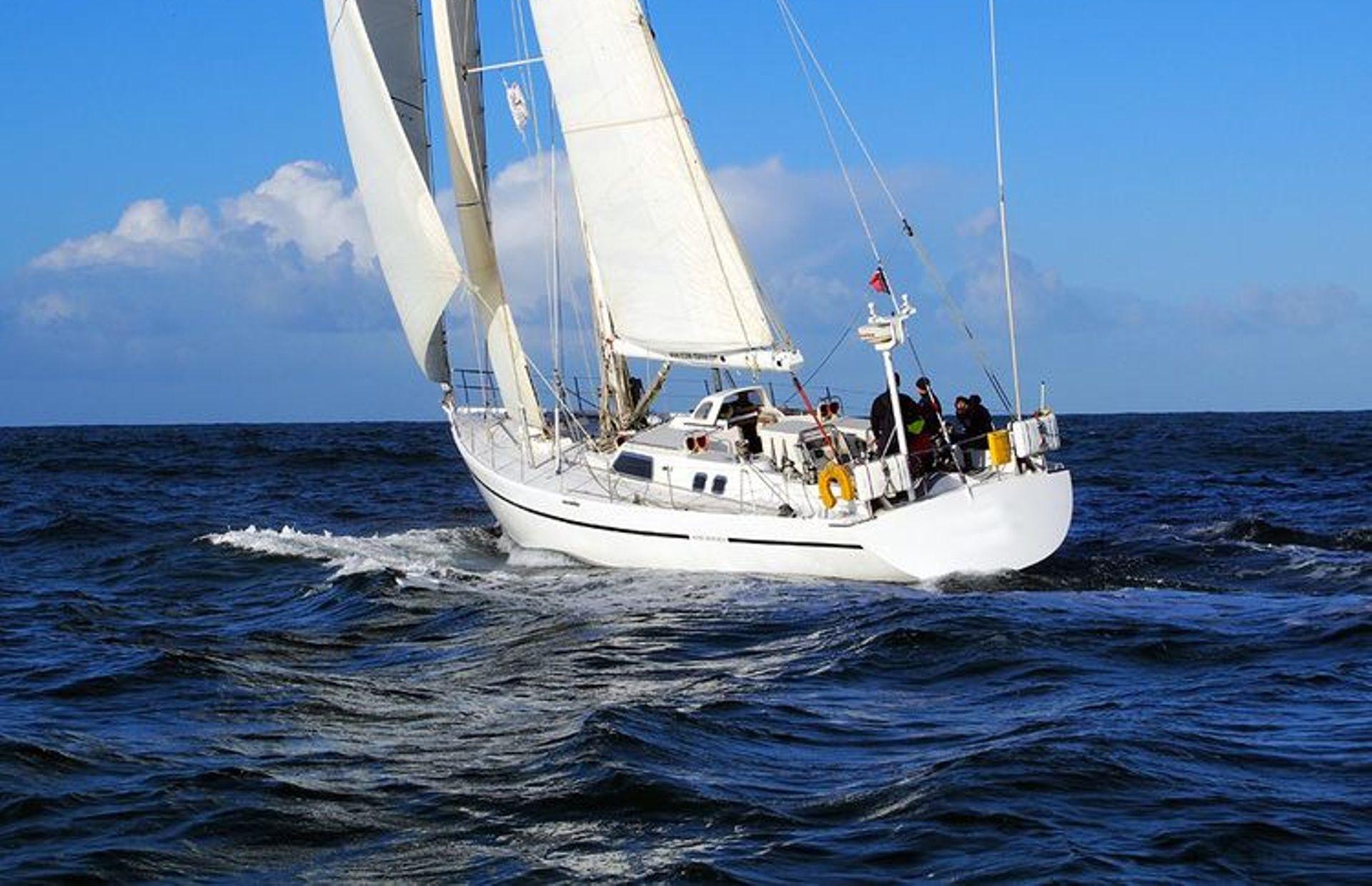 https://media.insailing.com/boat/aurora/image_1565277389393.jpg
