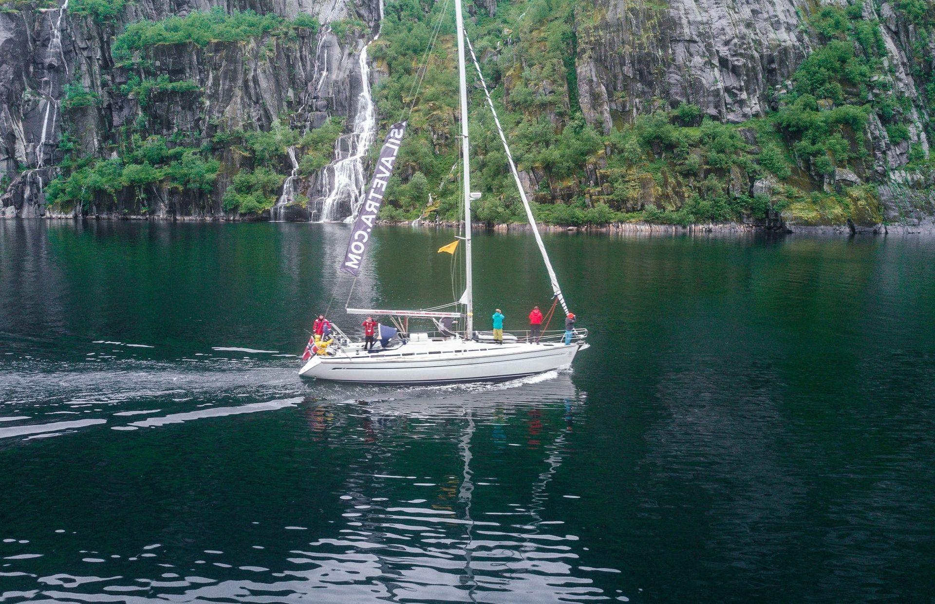 https://media.insailing.com/boat/bavaria-44-2/image_1597827039637.jpg