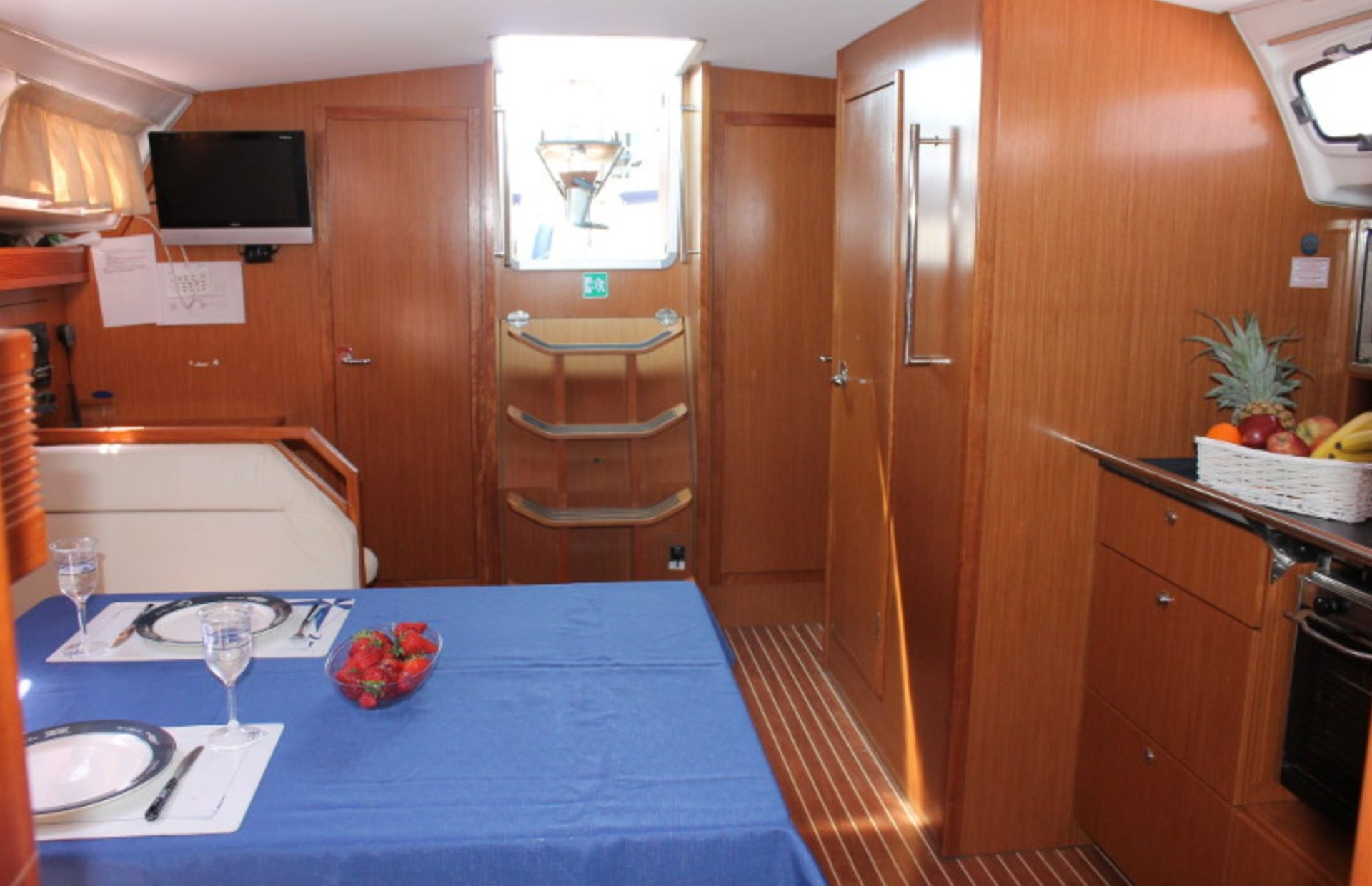 https://media.insailing.com/boat/bavaria-47/image_1570604139653.jpg