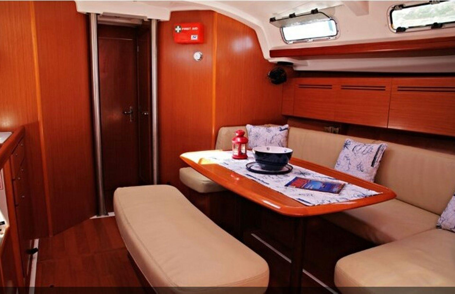 https://media.insailing.com/boat/beneteau-4/image_1569996524355.jpg