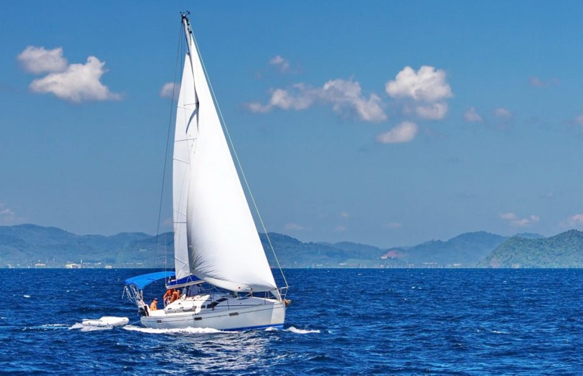 https://media.insailing.com/boat/beneteau-oceanis-370/image_1571132225075.jpg