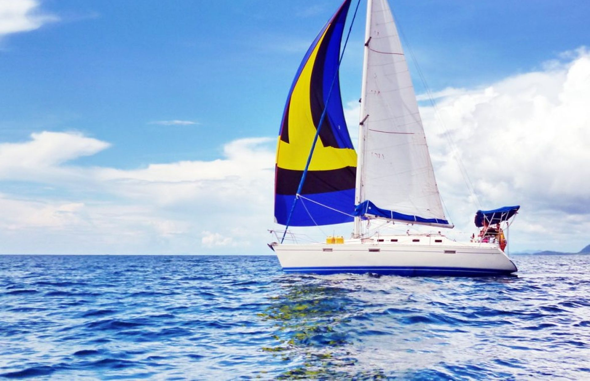 https://media.insailing.com/boat/beneteau-oceanis-370/image_1571132225076.jpg