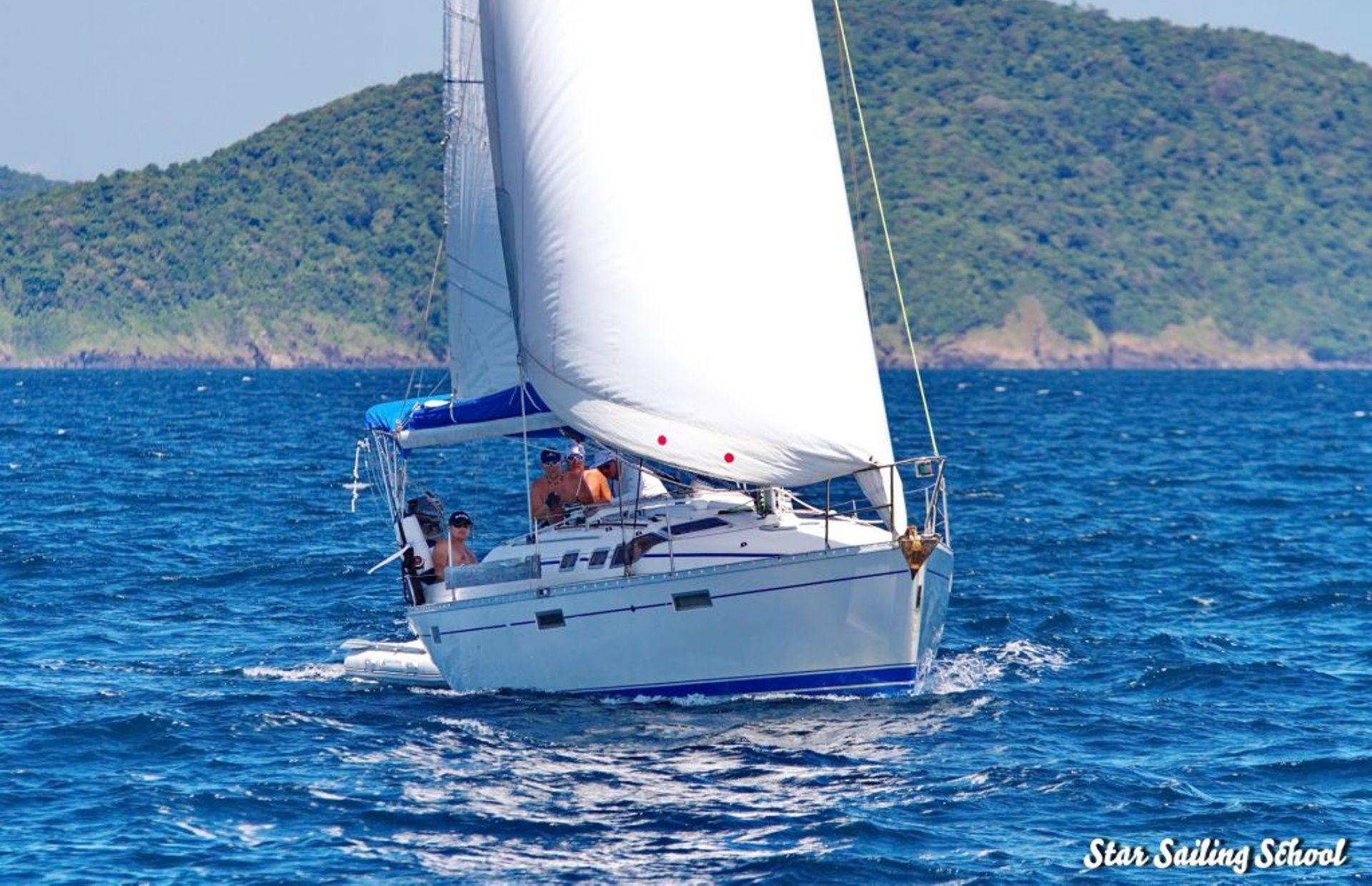 https://media.insailing.com/boat/beneteau-oceanis-370/image_1571132225078.jpg