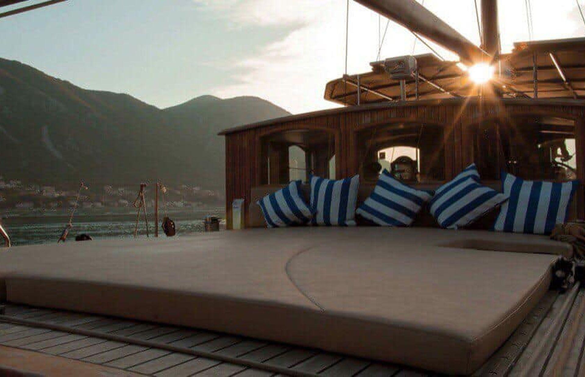 https://media.insailing.com/boat/dream-island/image_1581689672629.jpg