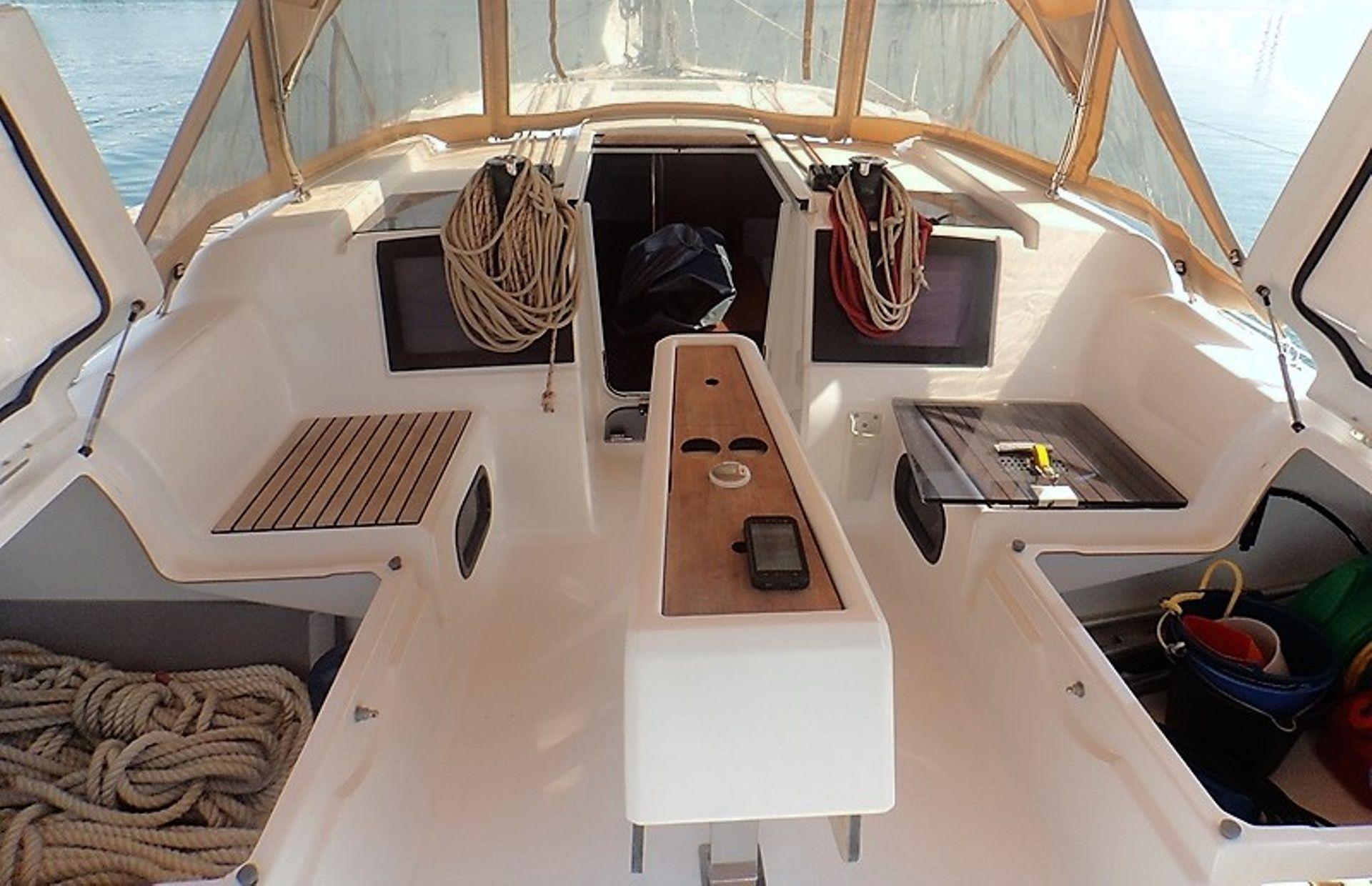 https://media.insailing.com/boat/dufour-382-gl/image_1583773218931.jpg