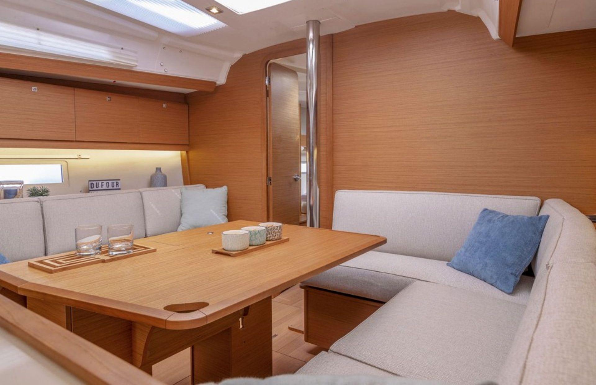 https://media.insailing.com/boat/dufour-453/image_1567594505090.jpg