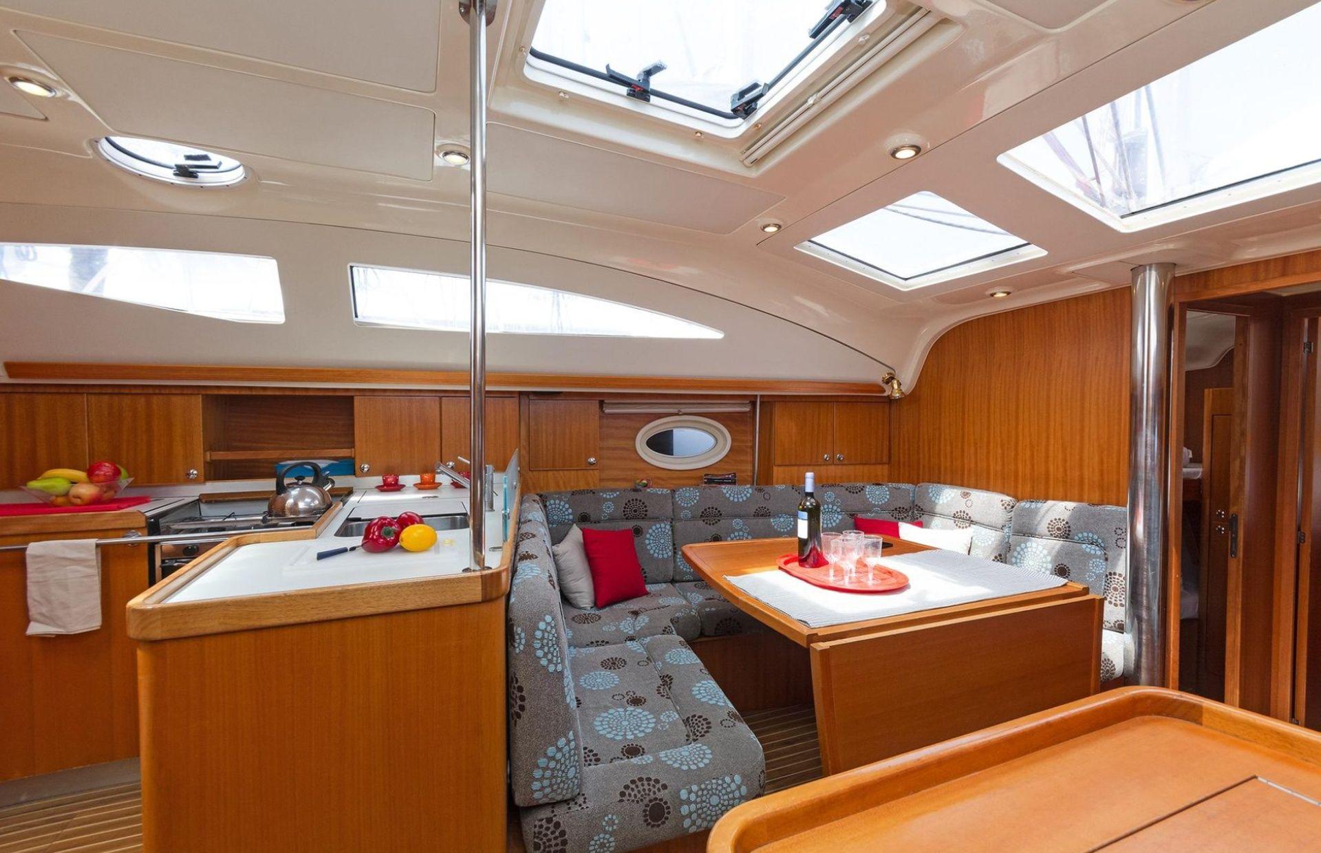 https://media.insailing.com/boat/elan-434/image_1577367780215.jpg