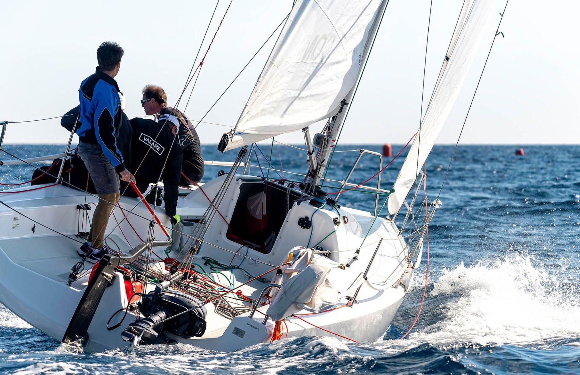 https://media.insailing.com/boat/fareast-28r-2/image_1581370452581.jpg