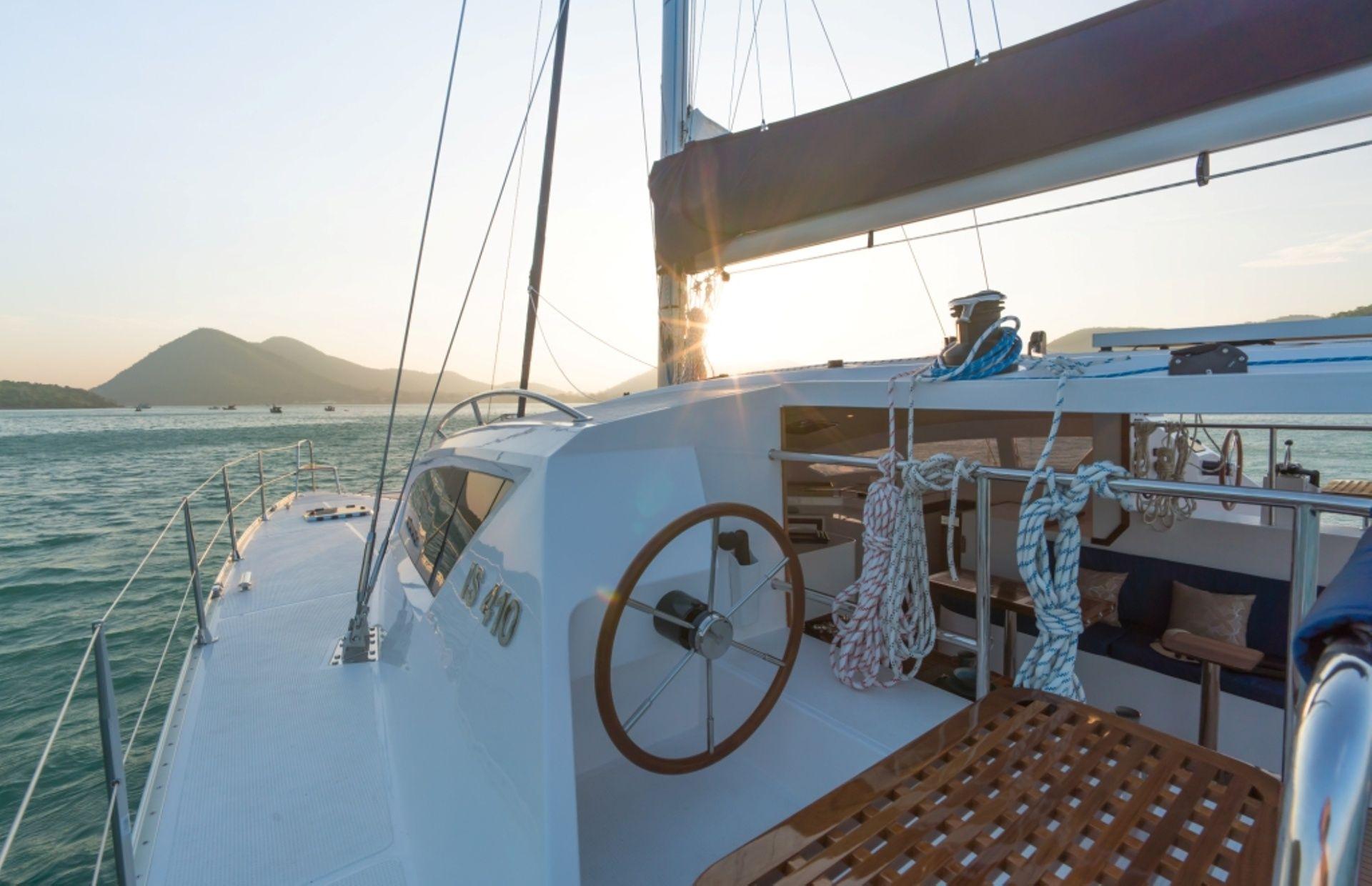 https://media.insailing.com/boat/island-spirit-410/image_1574411947222.jpg