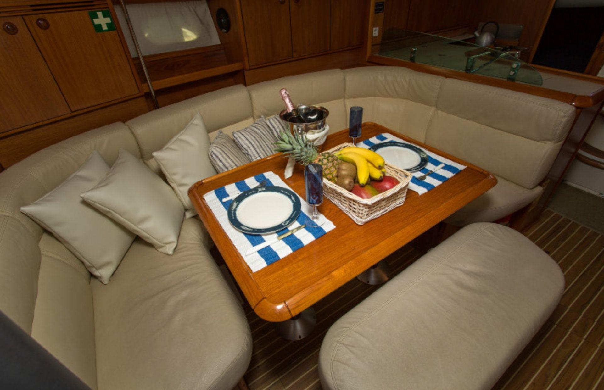 https://media.insailing.com/boat/jeannau-40.3/image_1570605917295.jpg
