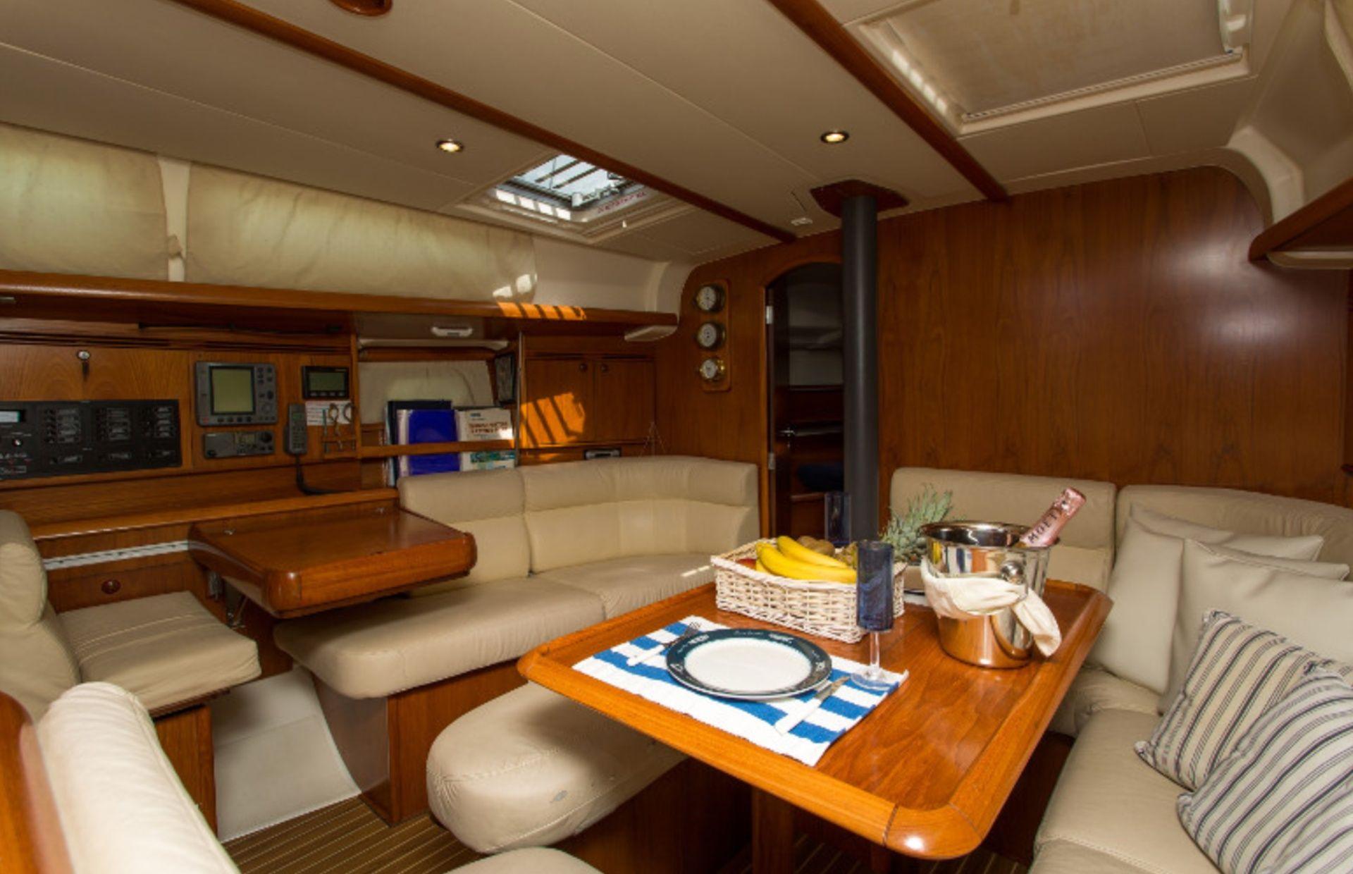 https://media.insailing.com/boat/jeannau-40.3/image_1570605917297.jpg