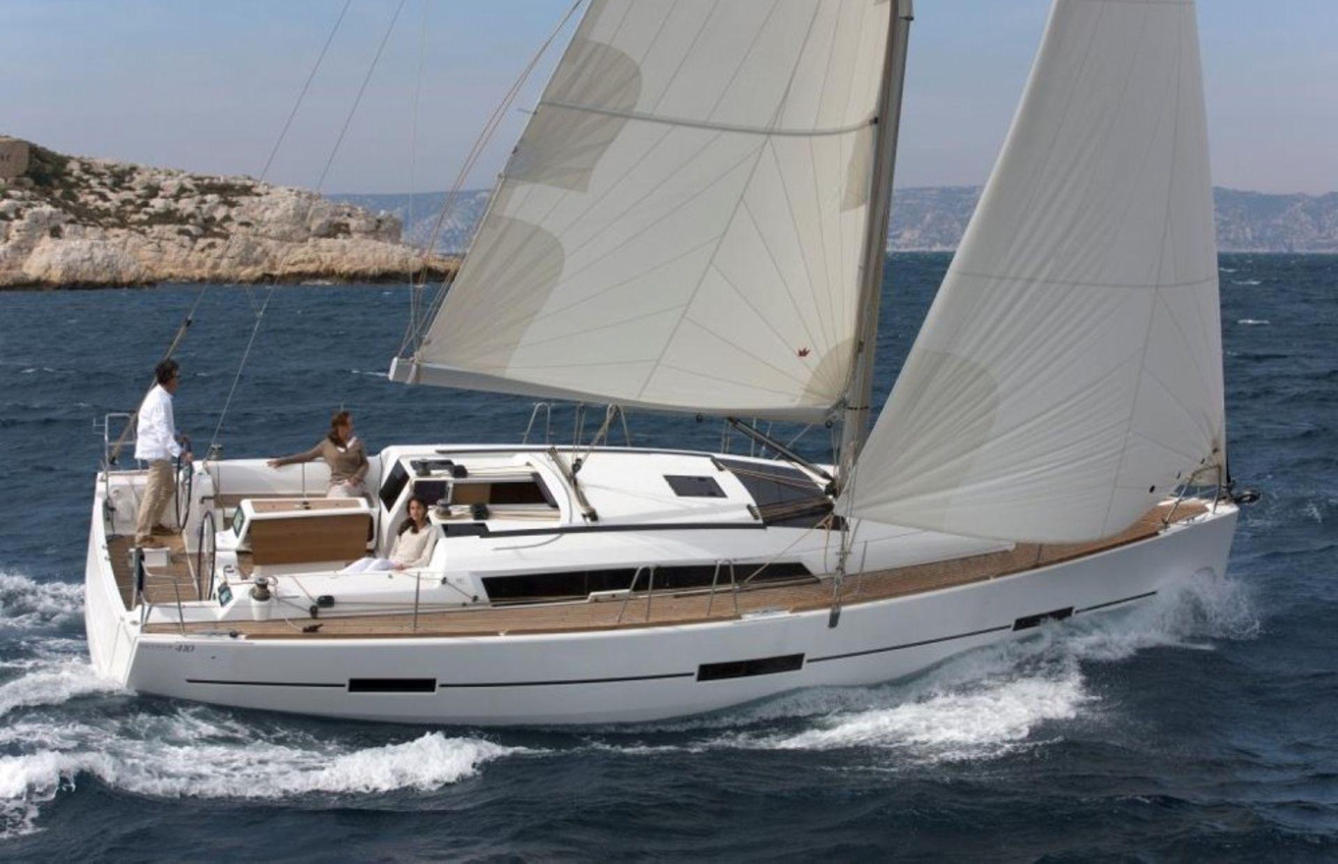 https://media.insailing.com/boat/julia/image_1566393502111.jpg