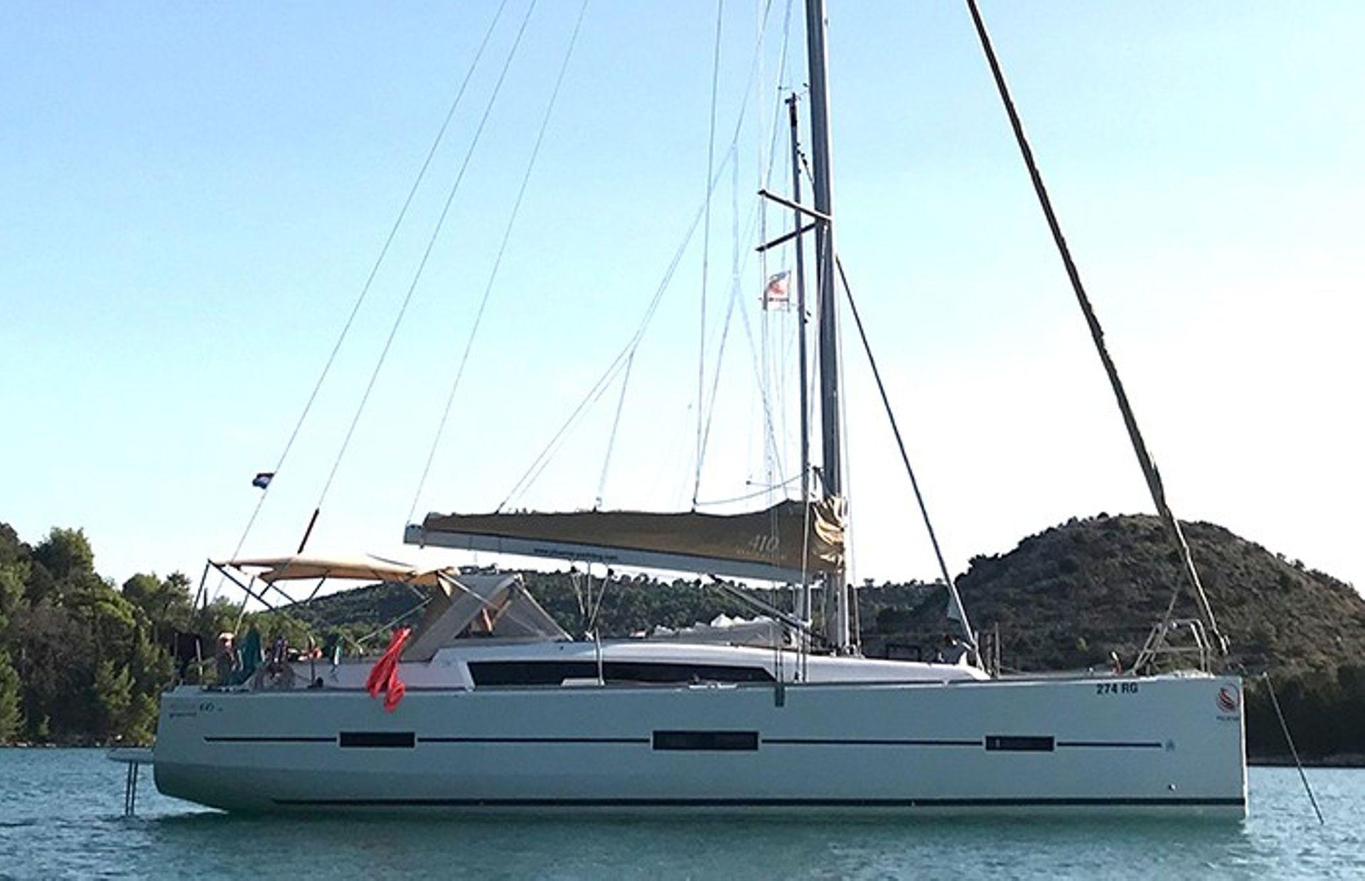 https://media.insailing.com/boat/julia/image_1566393502115.jpg