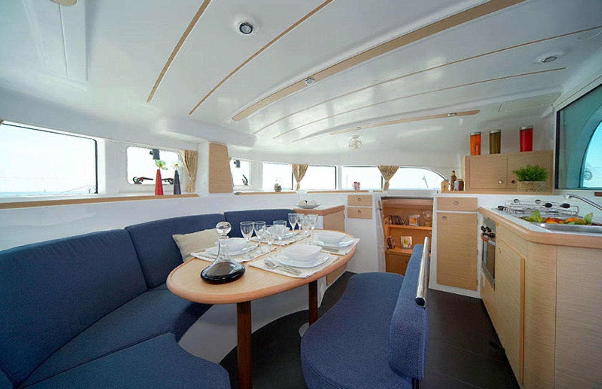 https://media.insailing.com/boat/lagoon-380-3/image_1572346050606.jpg