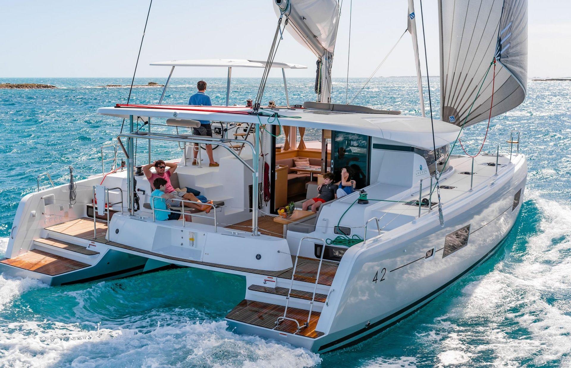 https://media.insailing.com/boat/lagoon-42-2/image_1573130997380.jpg