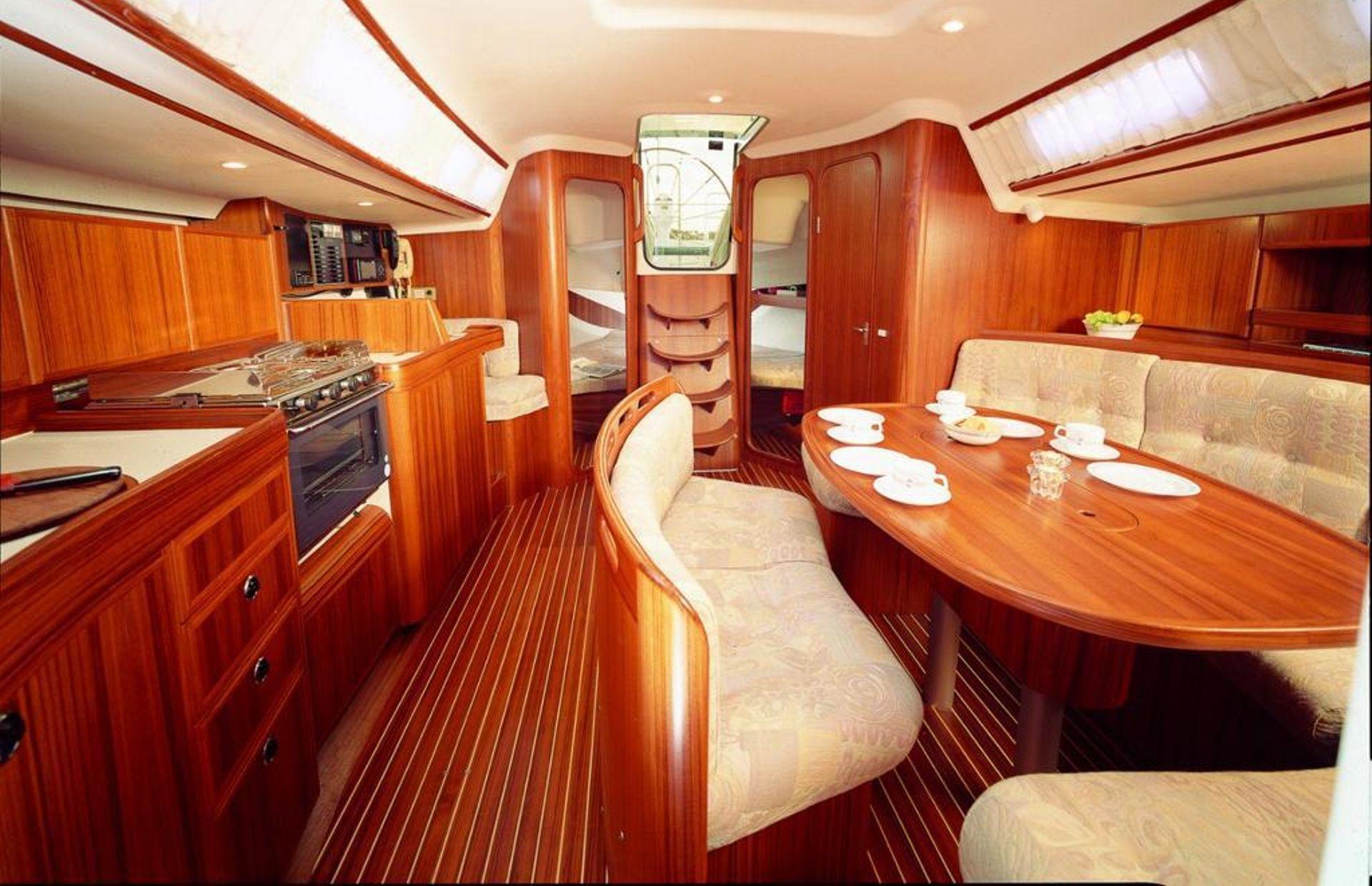 https://media.insailing.com/boat/omani/image_1581533173371.jpg