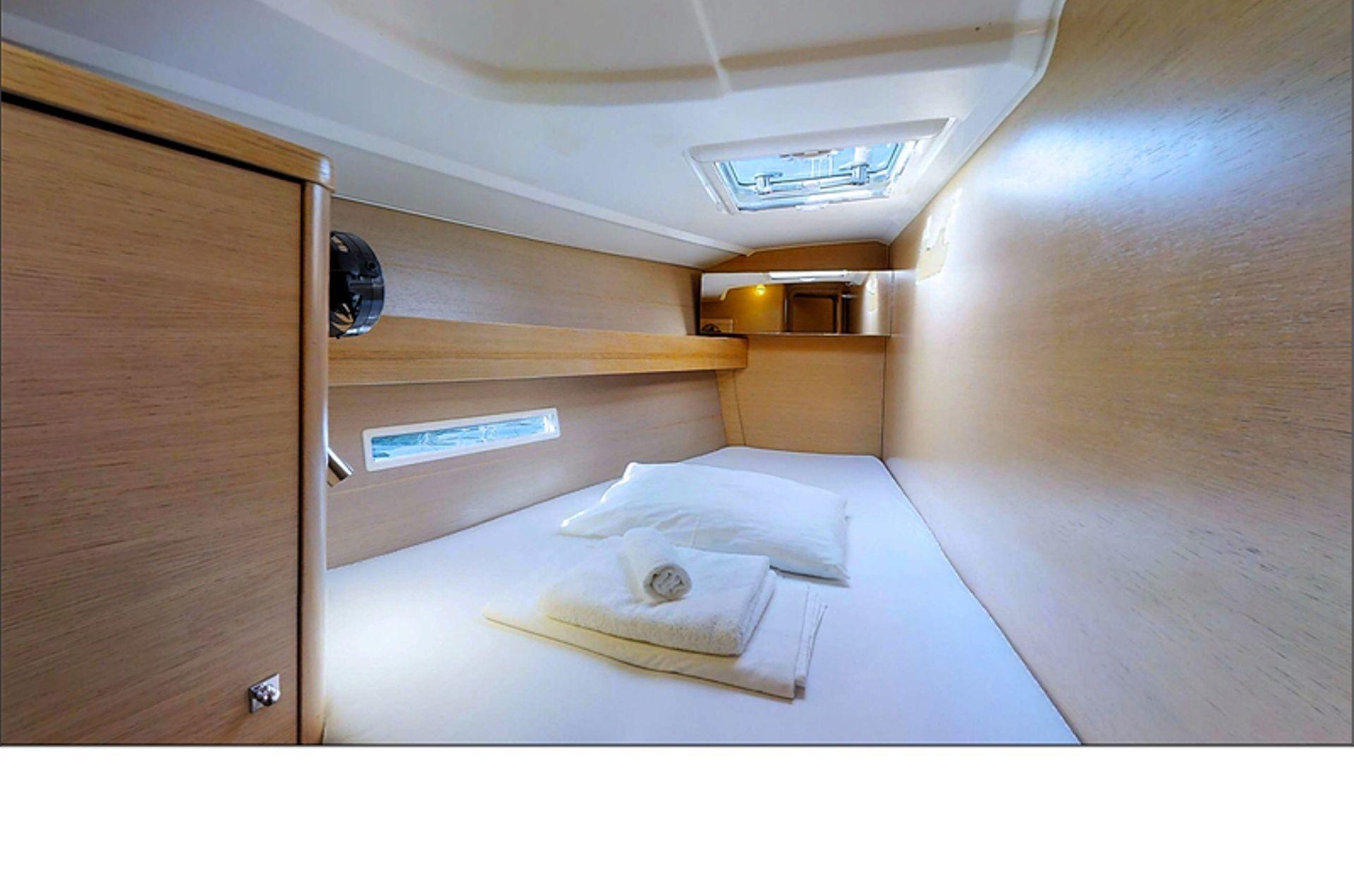 https://media.insailing.com/boat/phoenix/image_1566393948415.jpg