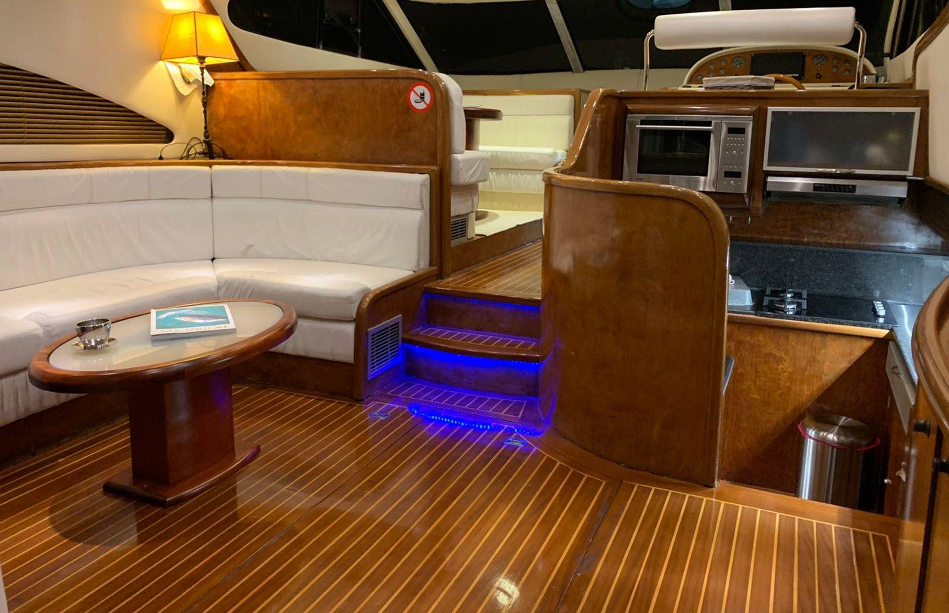 https://media.insailing.com/boat/queen-yacht/image_1582480077331.jpg