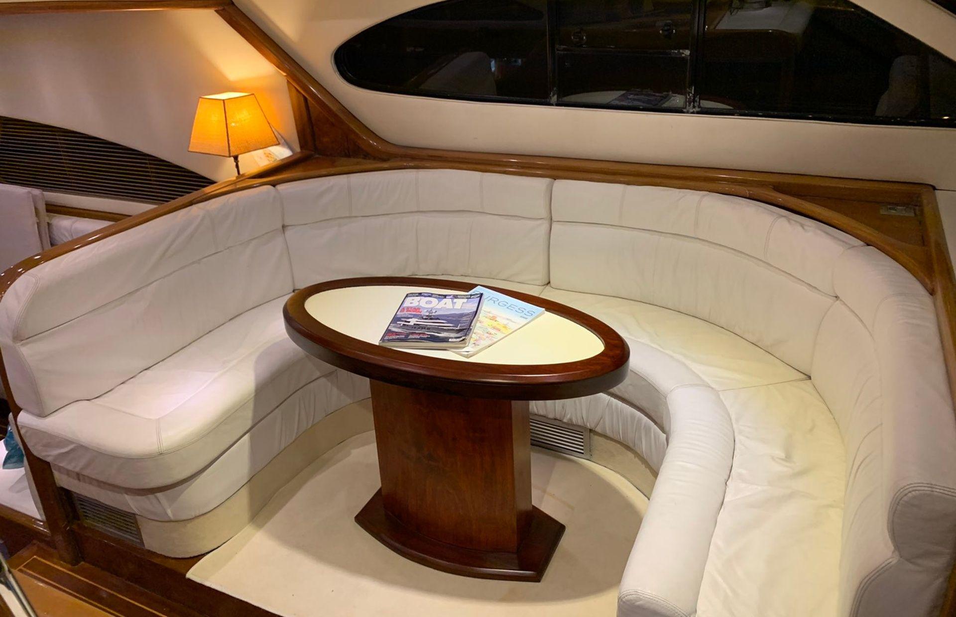 https://media.insailing.com/boat/queen-yacht/image_1582480077332.jpg