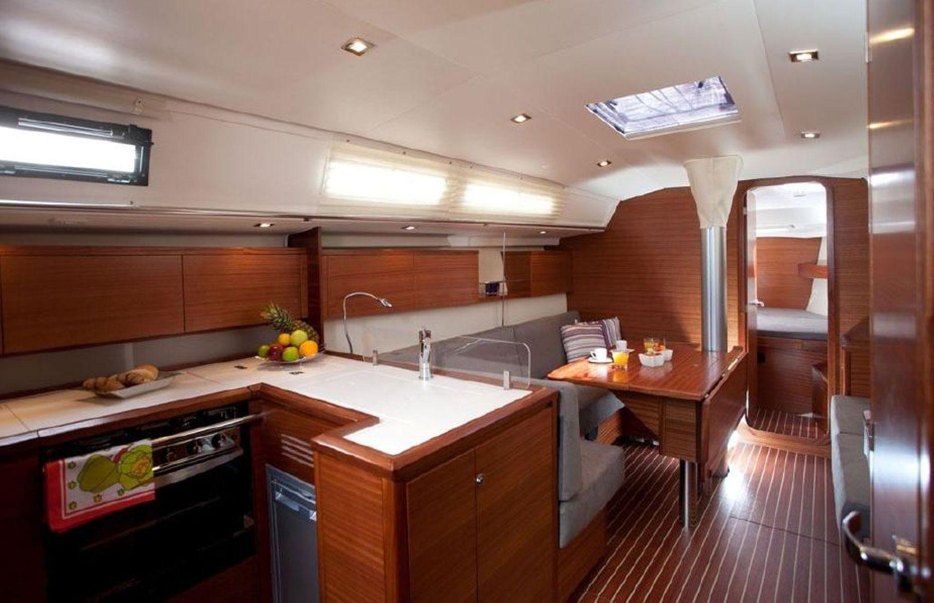 https://media.insailing.com/boat/salona-41/image_1570453088612.jpg