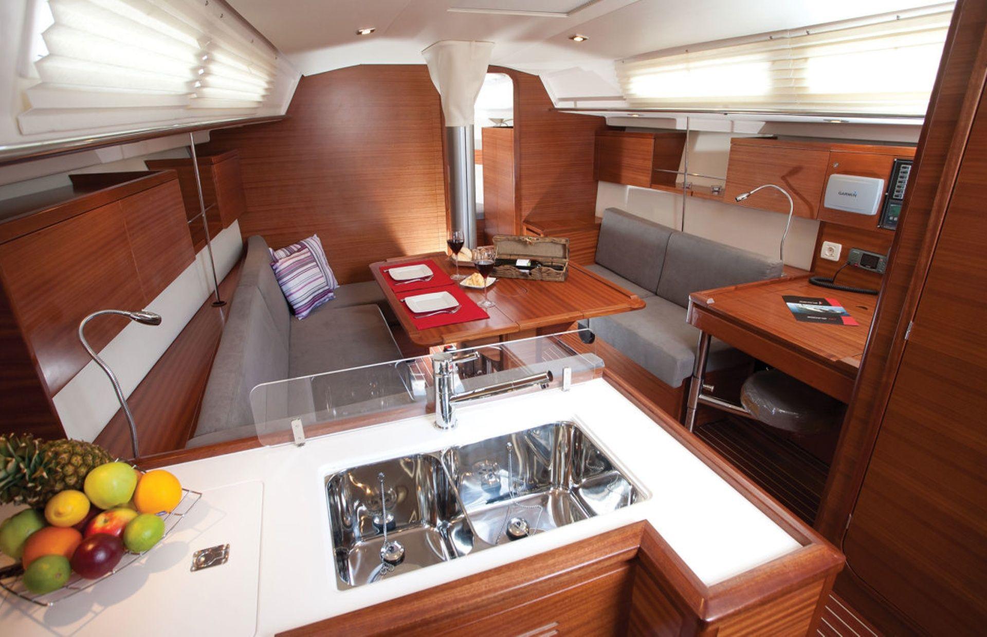 https://media.insailing.com/boat/salona-41/image_1570453088615.jpg