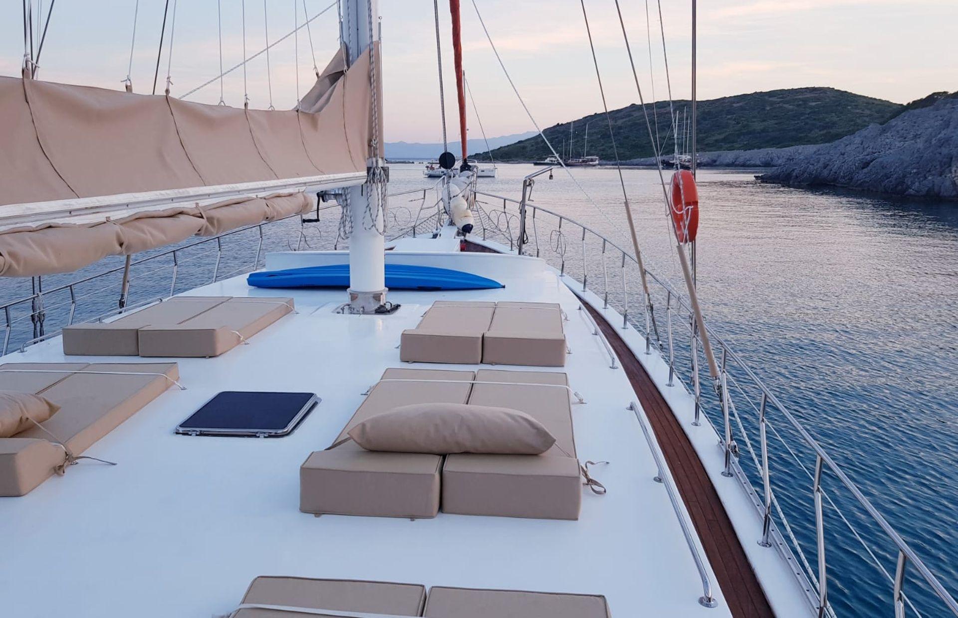 https://media.insailing.com/boat/tranquility/image_1570085688072.jpg